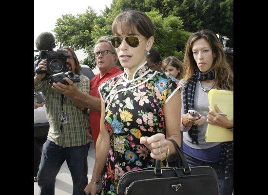 """<a href=""""http://www.huffingtonpost.com/2011/02/03/laura-wasser-celebrity-di_n_817271.html"""" target=""""_hplink"""">""""Disso-queen""""</a>"""