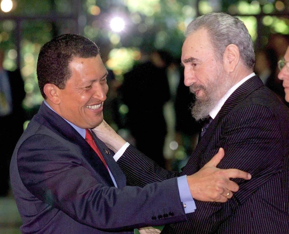 Cuba's Fidel Castro (R) greets Venezuelan President Hugo Chavez (L) 16 November 1999 in Havana before the ninth Iberoamerican