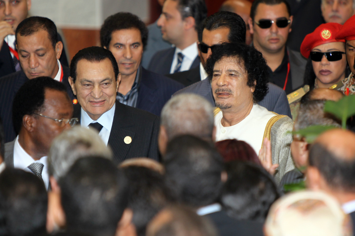 Libyan leader Muammar Gaddafi (R) and former Egyptian president Hosni Mubarak (L) arrive for a group picture ahead of the ope