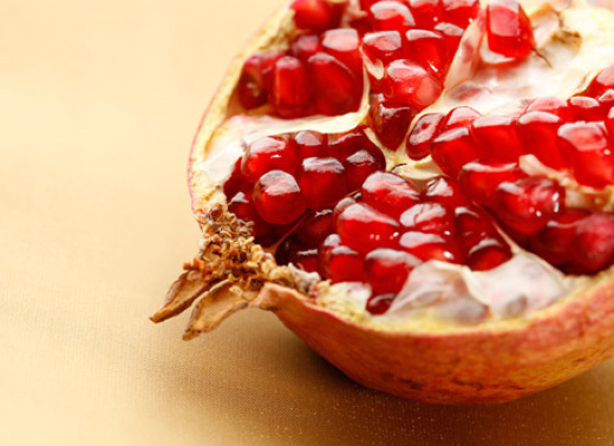 <strong>Health Benefits:</strong> Pomegranates are loaded with cancer-fighting antioxidants. If you eat them with the seeds,