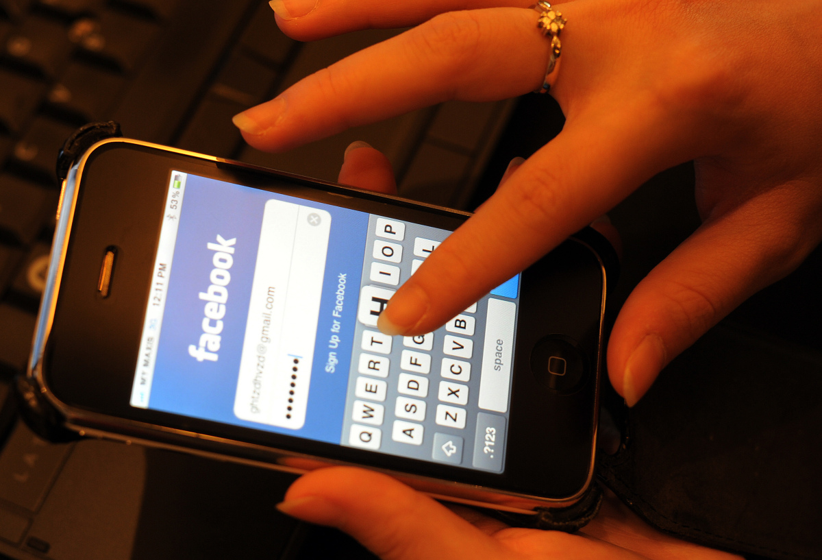 "Both <a href=""http://www.forbes.com/sites/kymmcnicholas/2011/09/19/how-to-use-social-media-to-promote-your-small-business/"" t"