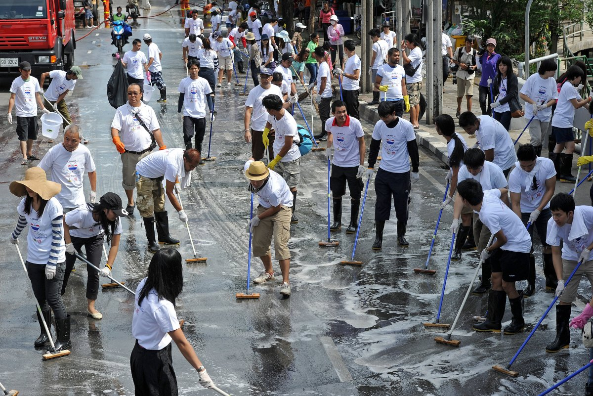 Thai volunteers take part in a clean-up along a major road in Bangkok on November 20, 2011. Thailand's premier declared centr