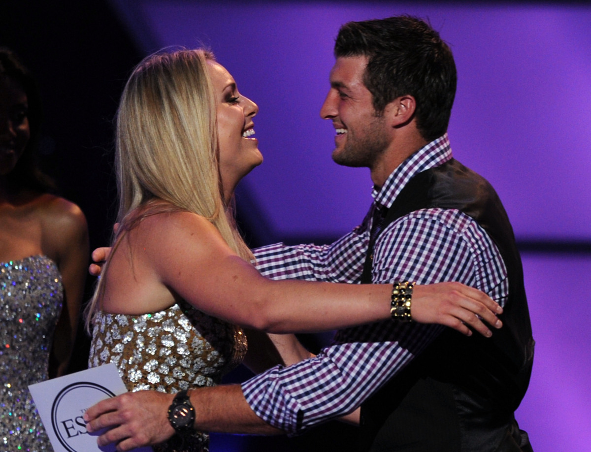 LOS ANGELES, CA - JULY 13:  Olympic Skiier Lindsey Vonn (L) accepts the award for Best Female Athlete from NFL Player Tim Teb