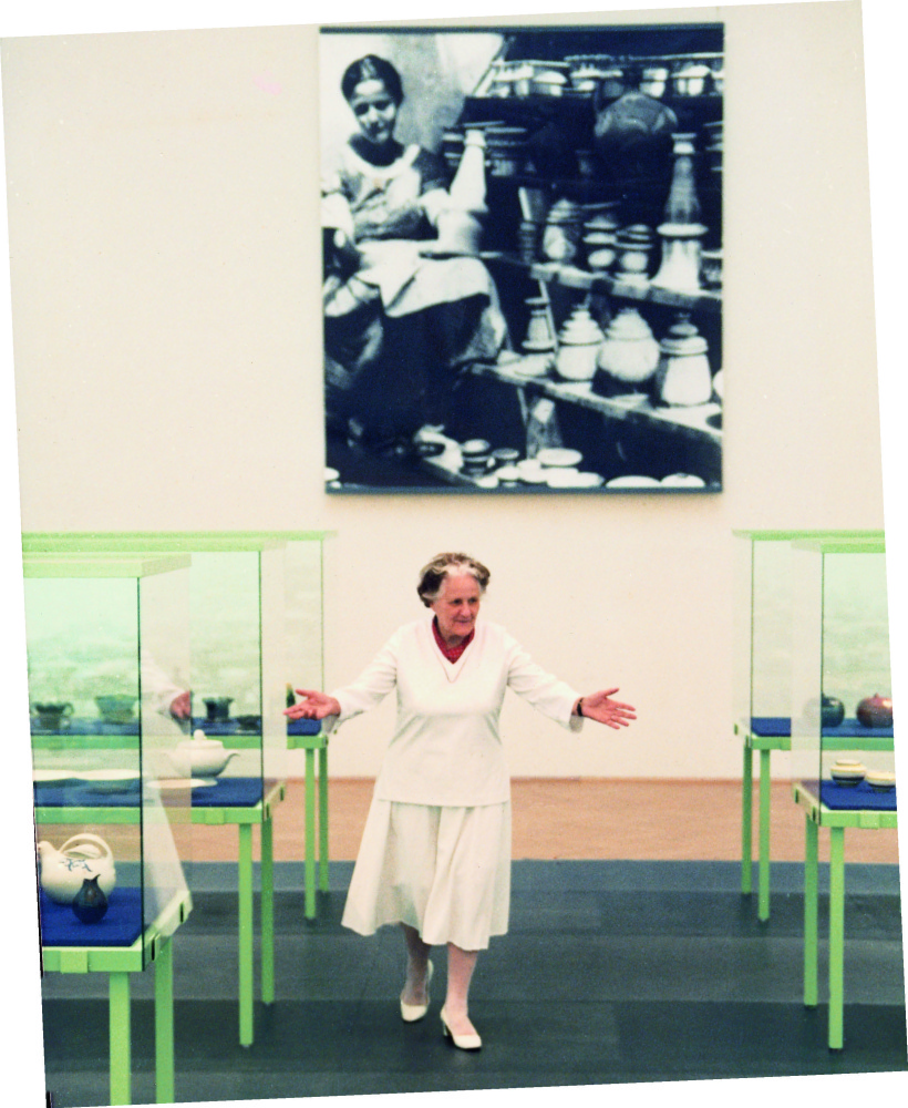Eva Zeisel at the Vienna Museum of Decorative Arts in the 1990s. 