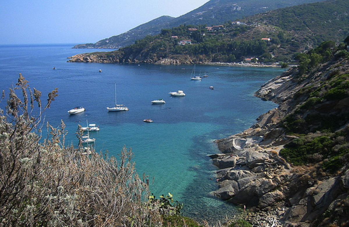The island of Giglio belongs to the Tuscan Archipelago, famous for the bigger and much more crowded Elba and the uninhabited