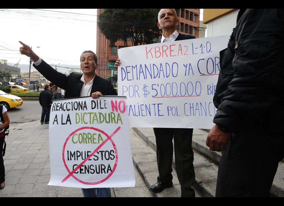 Opponents to Ecuadorean President Rafael Correa shout slogans outside the National Court of Justice (CNJ) in Quito, on Januar