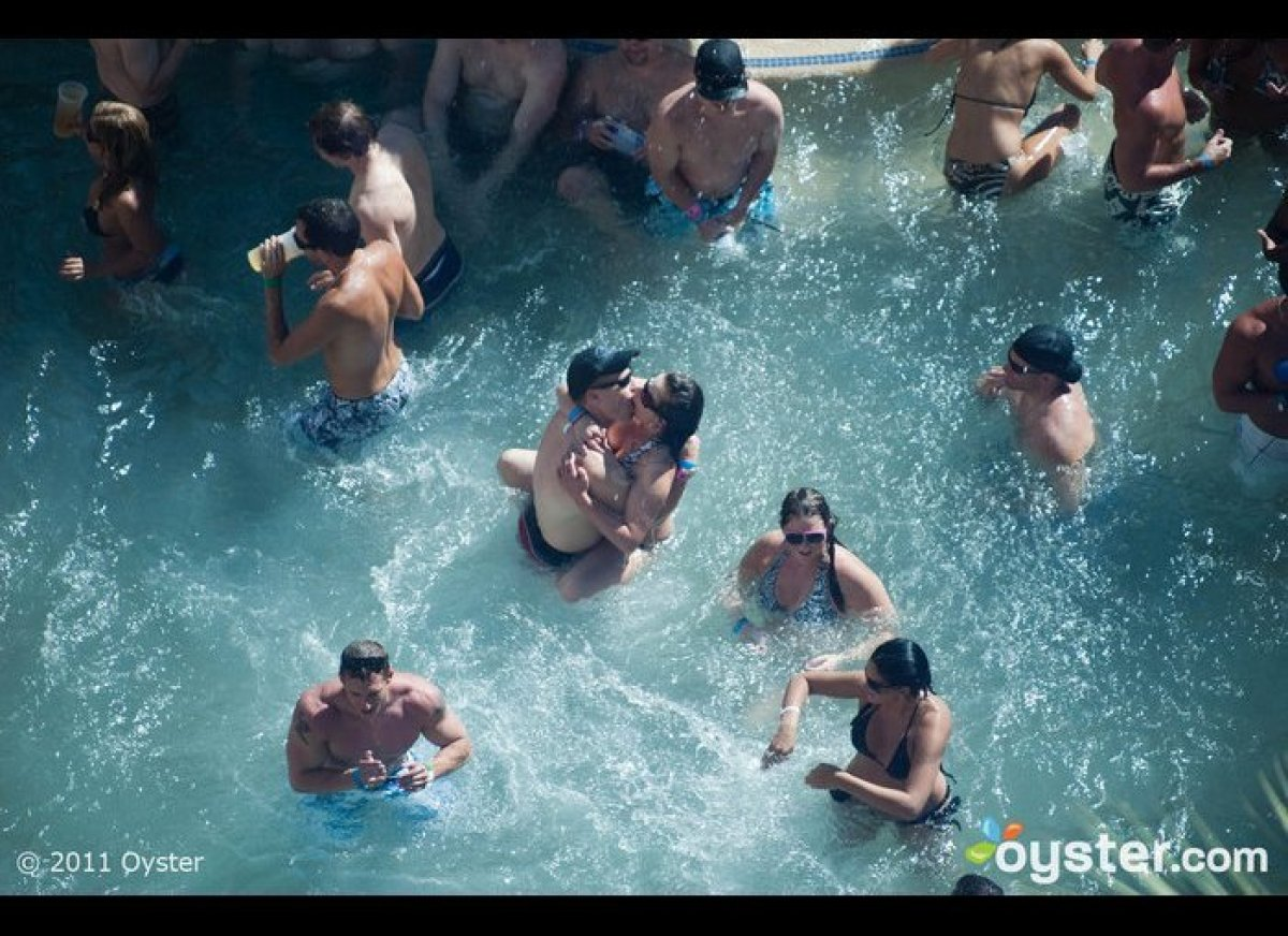 """<strong>WHY SPLASH AROUND <a href=""""http://www.oyster.com/las-vegas/hotels/hard-rock-hotel-and-casino/"""" target=""""_hplink"""">HERE<"""
