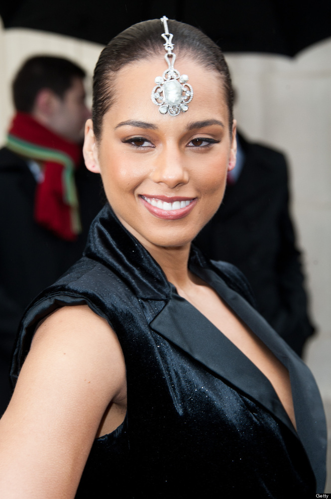 PARIS, FRANCE - MARCH 06:  Alicia Keys arrives at the Chanel Ready-To-Wear Fall/Winter 2012 show as part of Paris Fashion Wee