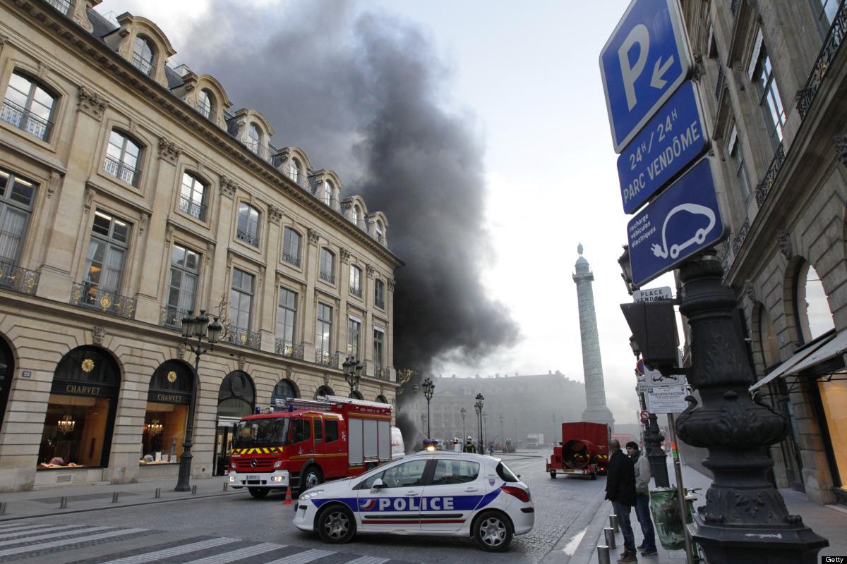 A cloud of black smoke envelops a building next to the Place Vendôme.