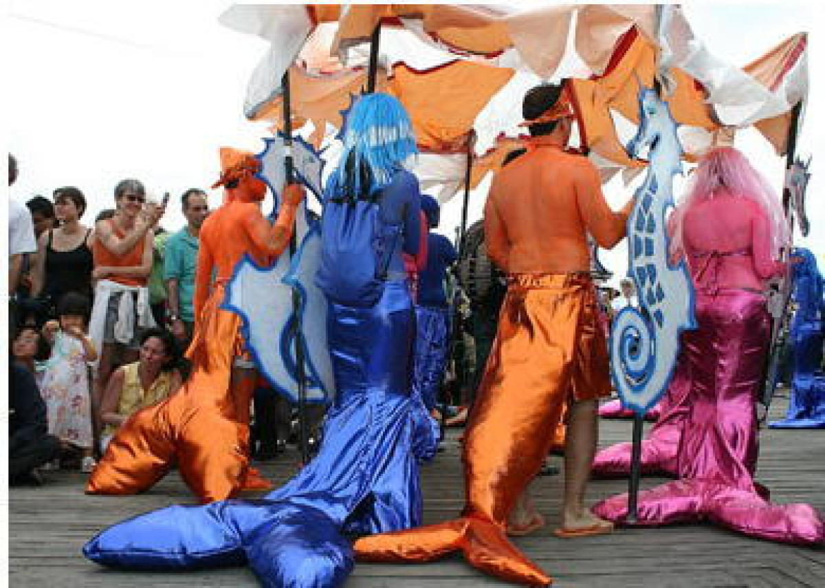 The Mermaid Parade celebrates the sand, the sea, the beginning of summer, and the history and mythology of Coney Island. Para