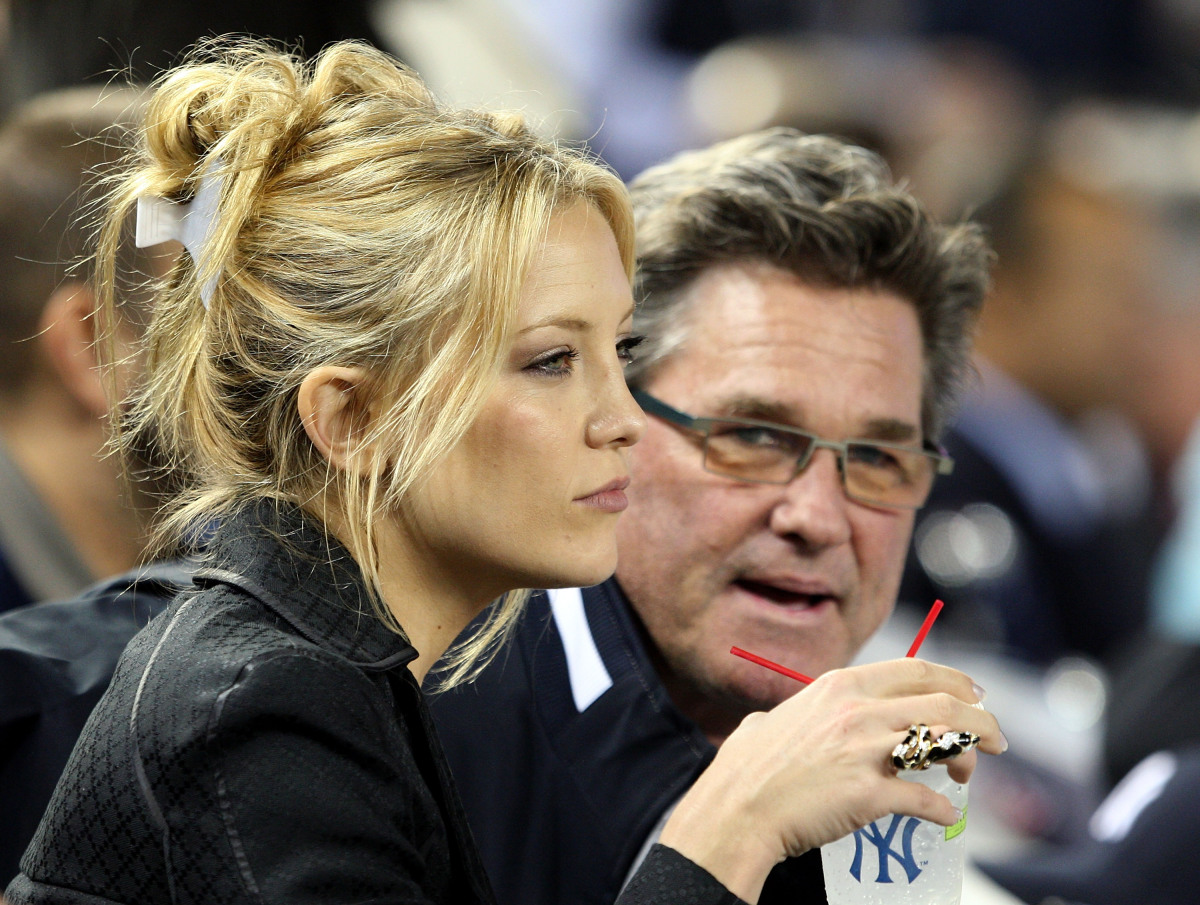 Hudson sports a butterfly clip while watching a baseball game with Kurt Russell. Photo: Getty Images