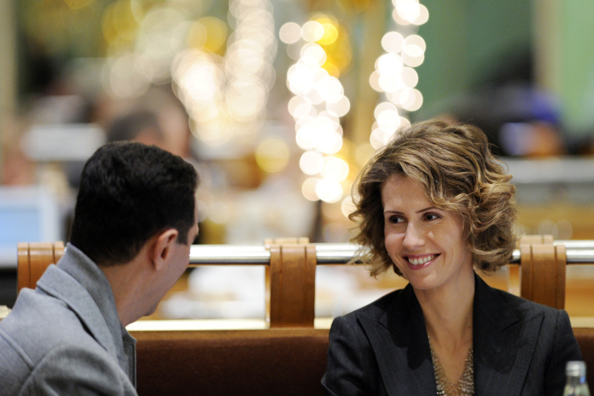 Syrian president Bashar al-Assad and his wife Asma are seen at the Coupole restaurant in Paris on December 10, 2010. (MIGUEL