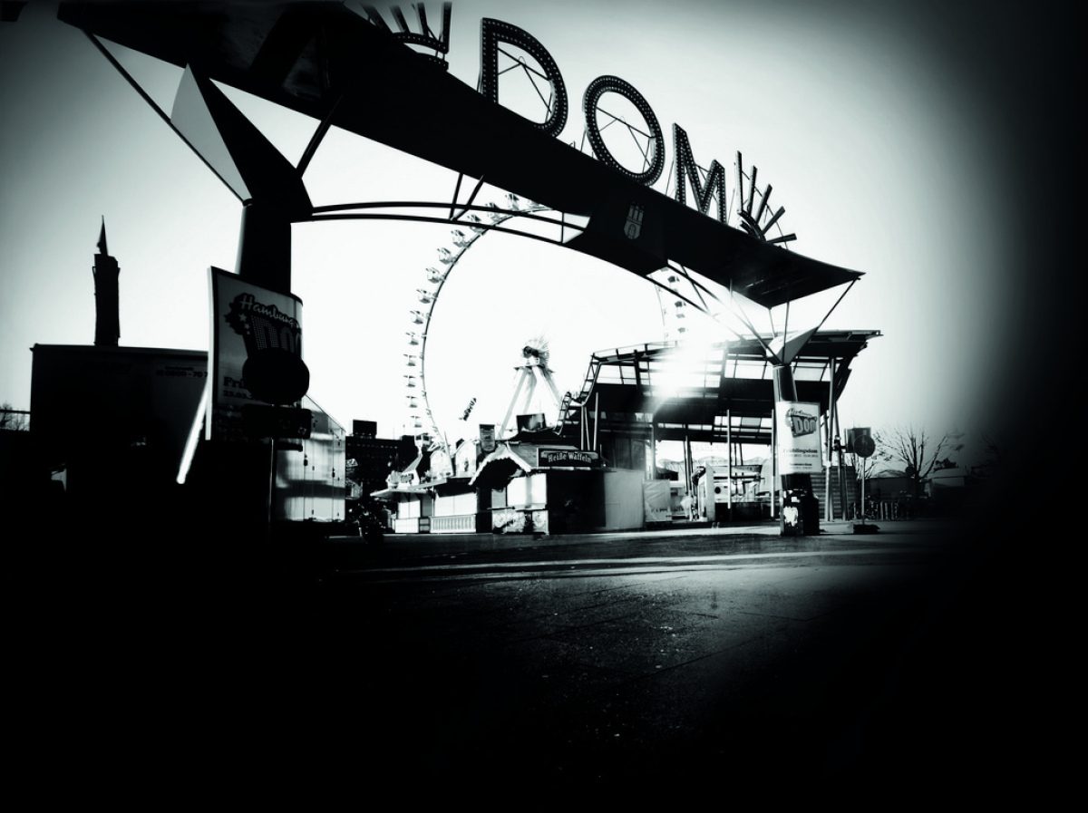 """The fun fair """"Dom"""" in Hamburg photographed with a garbage container by garbageman Bernd Leguttky, Christoph Blaschke and Mir"""