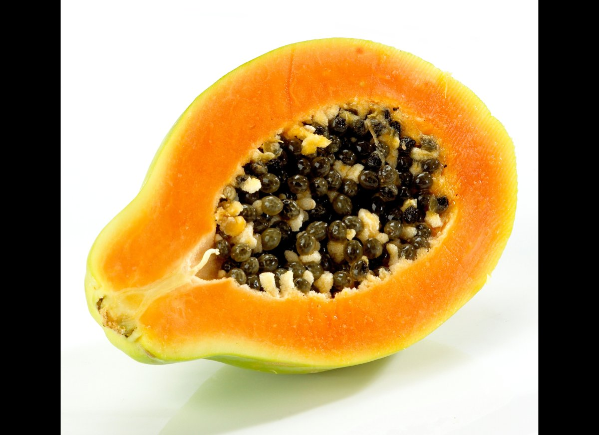 "One small papaya (about 157 grams) has <a href=""http://ndb.nal.usda.gov/ndb/foods/show/2406"" target=""_hplink"">95.6 milligrams"