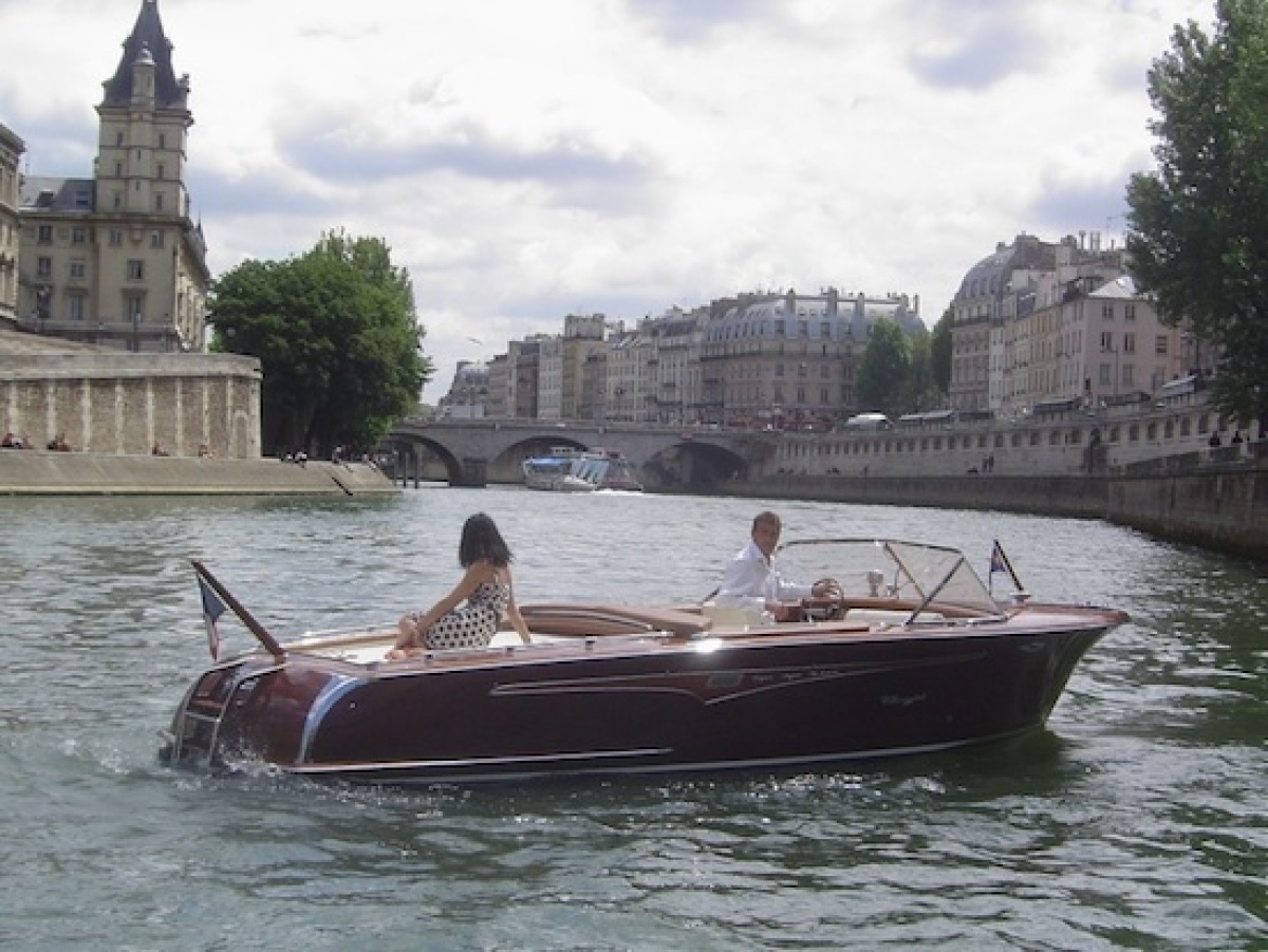 "<a href=""http://www.parisluxuryboat.com/"" target=""_hplink""><strong>Paris Luxury Boat</strong></a>. Give the troop-carrier lik"