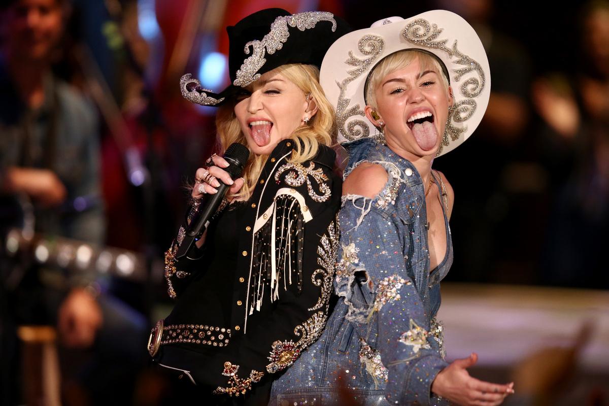 """Miley Cyrus canta con Madonna durante su """"MTV Unplugged"""" el martes 28 de enero del 2014. El espectáculo se transmitía por la"""
