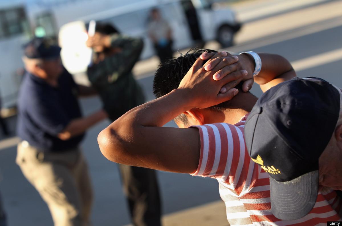 Inmigrantes indocumentados de origen guatemaltecos son revisados antes de abordar un vuelo a Guatemala desde el aeropuerto de