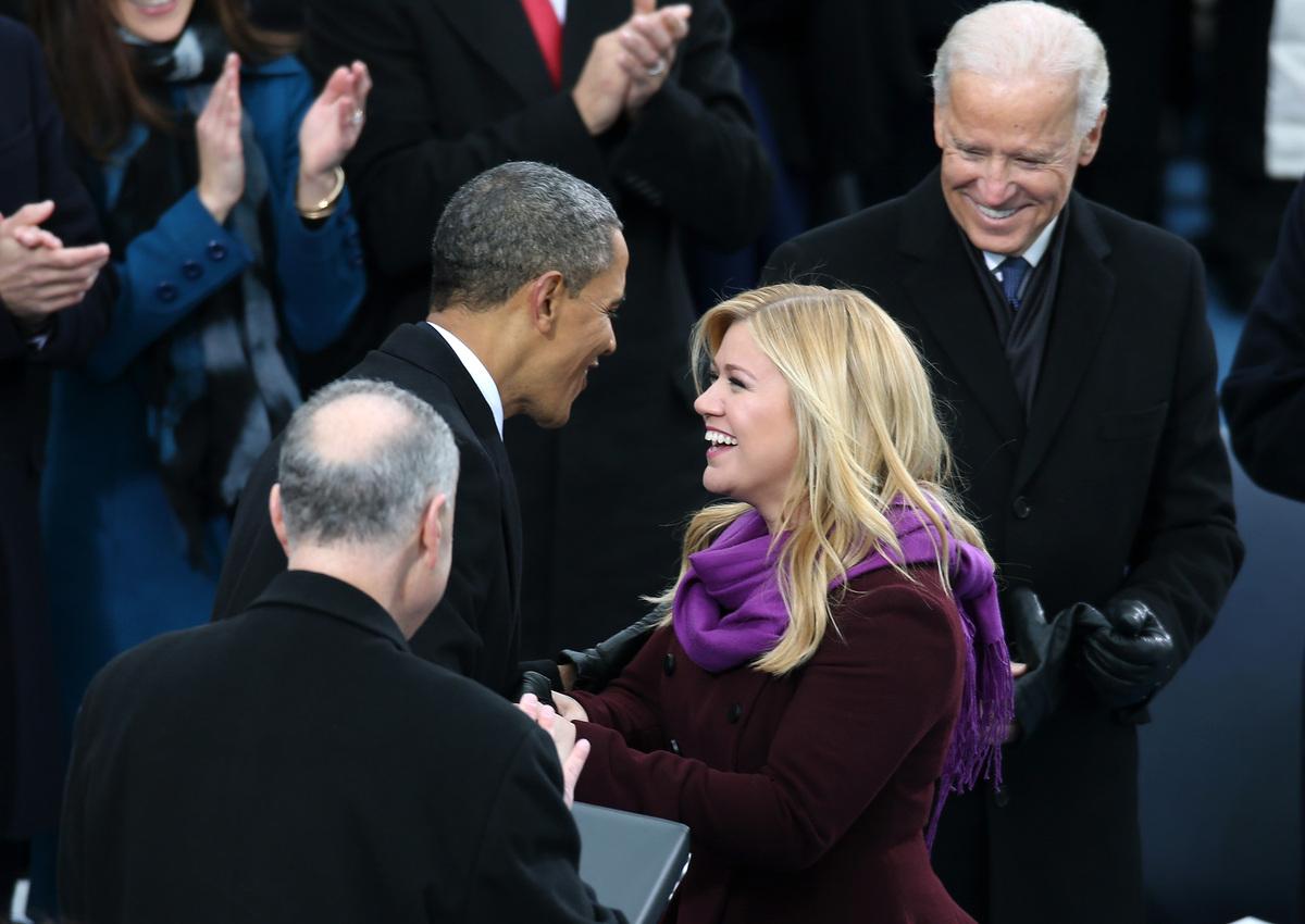 Kelly Clarkson saluda al Presidente Barack Obama tras cantar en la toma de posesión el lunes 21 de enero, 2013, en Washington