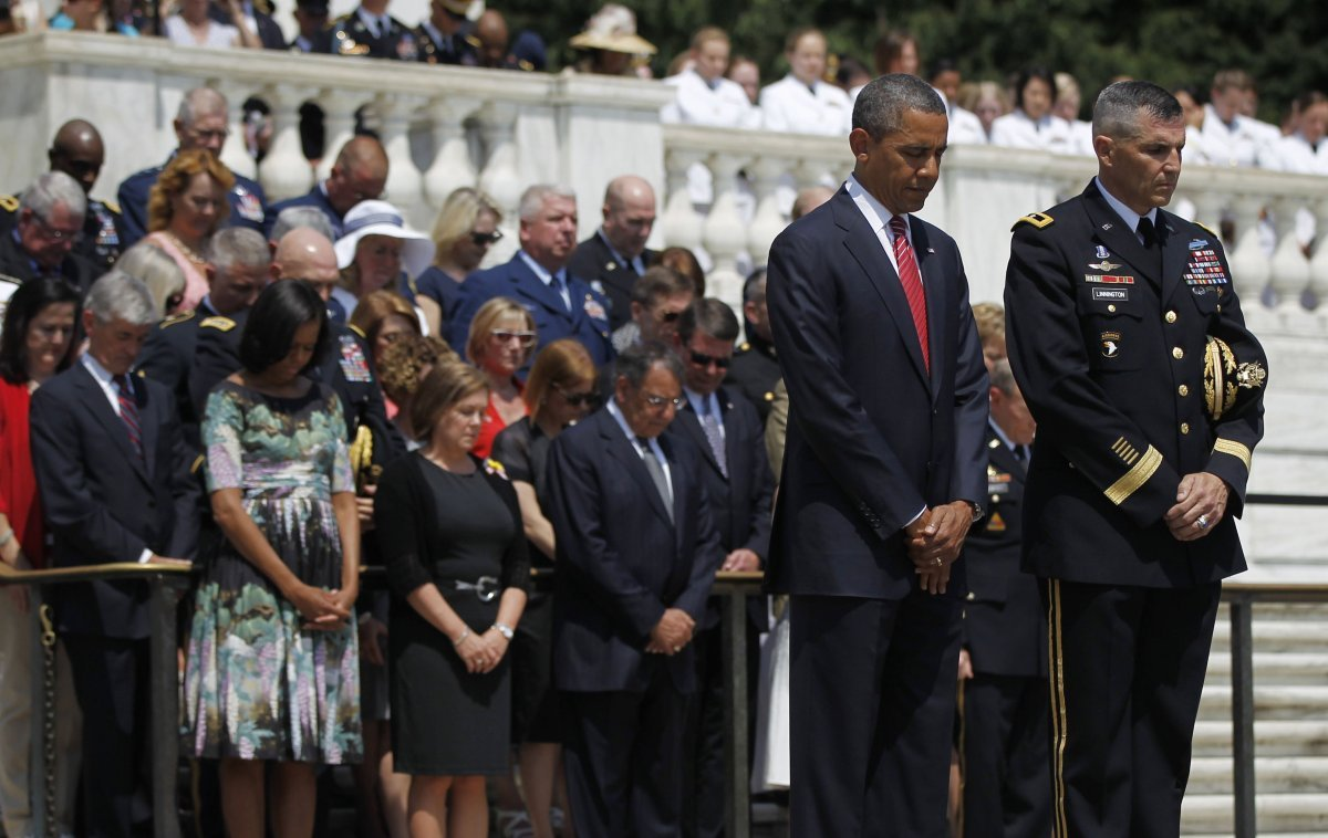 President Barack Obama, and Maj. Gen. Michael S. Linnington, Commander of the U.S. Army Military District of Washington, lowe