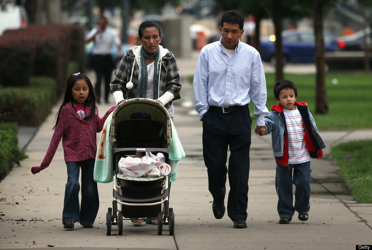 Jeanette Vizguerra (izq.), su esposo Salvador y sus hijos Luna, de 7 años, y Roberto, de 5, se dirigen a una audiencia en la