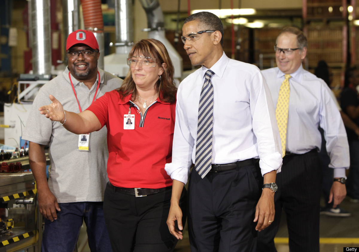 US President Barack Obama (2nd R) is welcomed by Production Manager & Honeywell Operating Systems Site Leader Lynn Braunworth