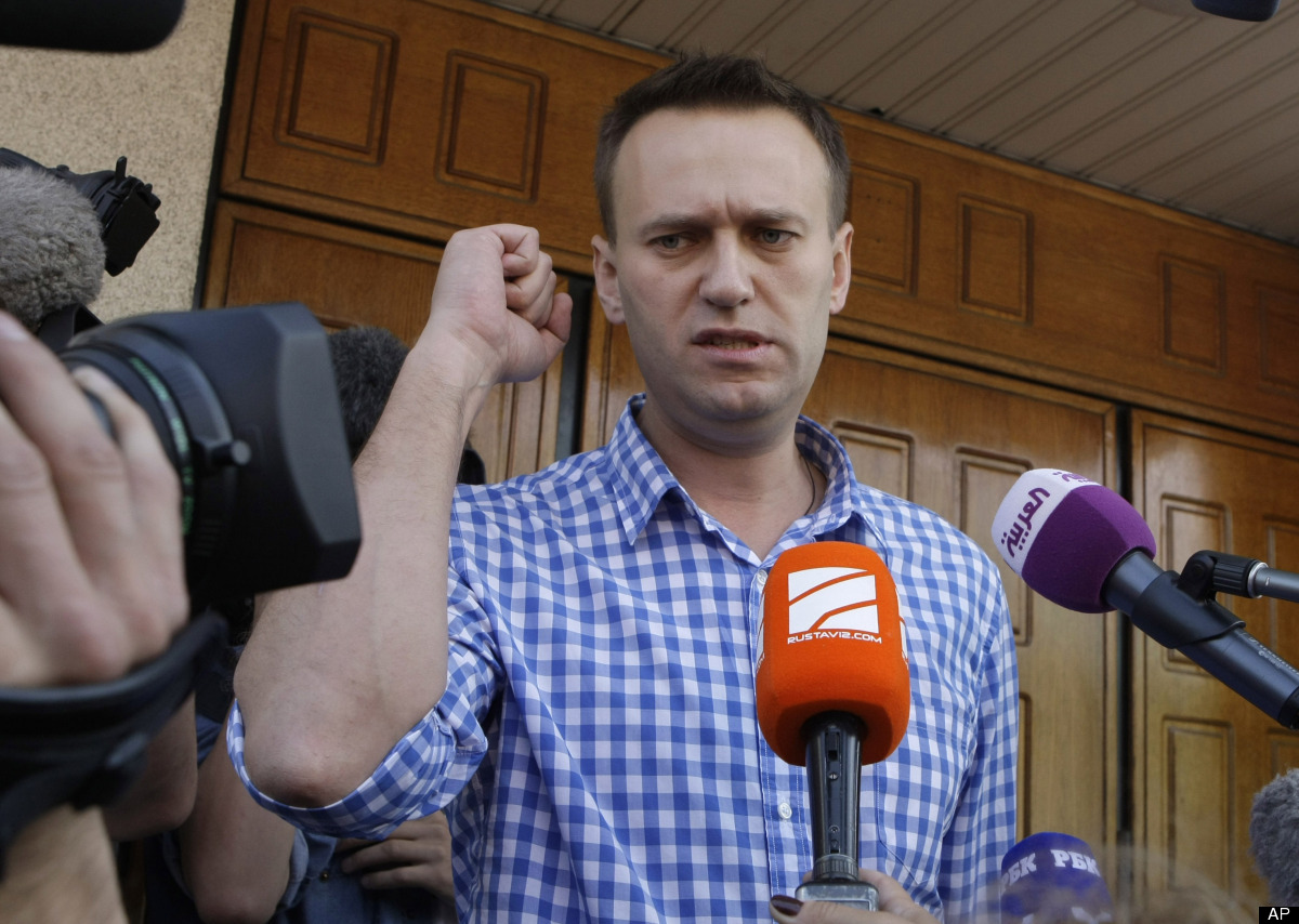 <em>Russian opposition leader Alexei Navalny speaks to the media at the headquarters of the Russian Investigation committee i