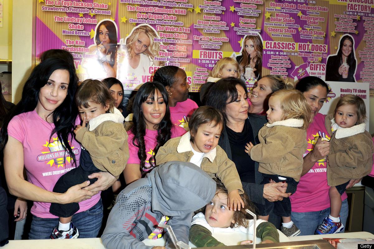Nadya con toda su extensa familia preparándose para lanzar su propia malteada - milkshake en la tienda Millions of Milkshakes