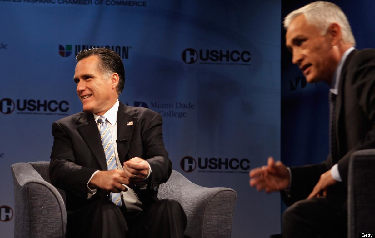 """El presentador de """"Noticiero Univision"""", Jorge Ramos,  junto al candidato republicano, Mitt Romney, durante un debate en la C"""