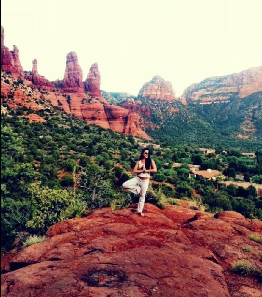 """""""Hot outdoor yoga in Sedona is such a great mind Body workout."""" <a href=""""http://@Ericalyneverest"""" target=""""_hplink"""">@Ericalyne"""
