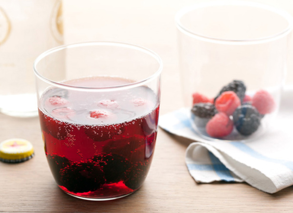 "<strong>Get the <a href=""http://www.foodnetwork.com/recipes/rachael-ray/red-wine-spritzers-recipe/index.html"" target=""_hplink"