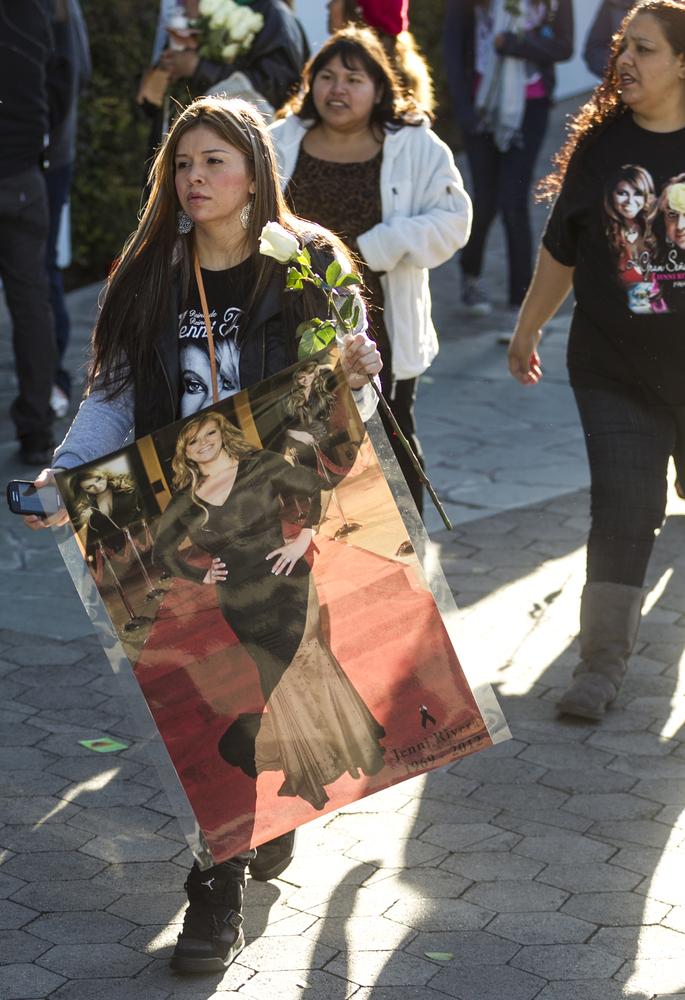 Admiradores de Jenni Rivera durante la transmisión del homenaje póstumo para la cantante en una pantalla gigante en Universal