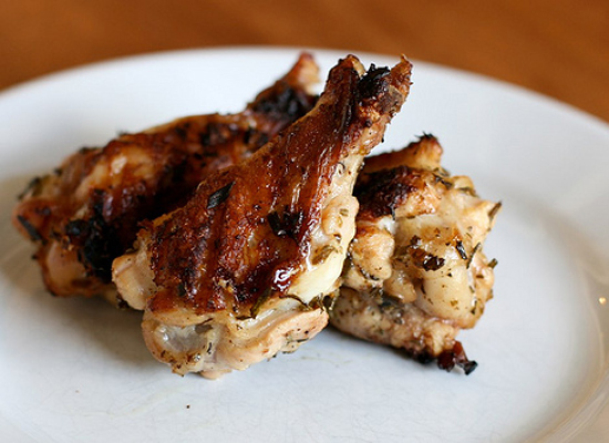 """<strong>Get the <a href=""""http://www.thehungryhousewife.com/2011/06/rosemary-chicken-wings.html"""" target=""""_hplink"""">Rosemary Chi"""