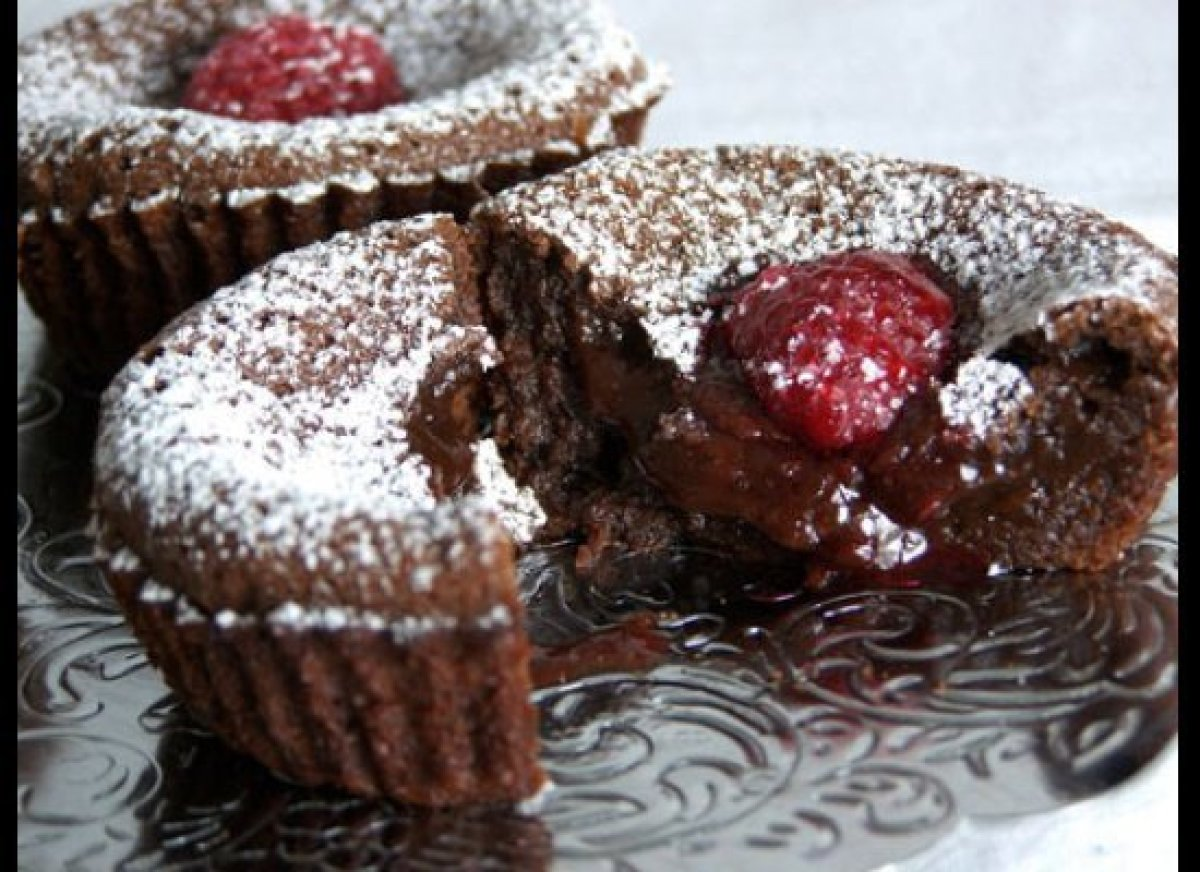 These individual cakes ooze with luxurious chocolate made from real cocoa nibs and topped with vanilla sweetened beets. Elega