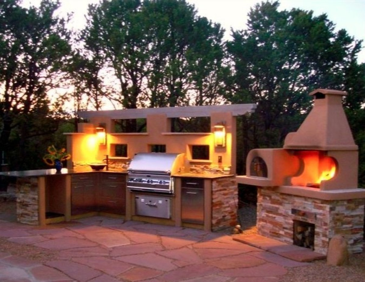 """This <a href=""""http://www.vrbo.com/228372"""" target=""""_hplink"""">Santa Fe, NM house</a> has a spectacular outdoor kitchen with wood"""