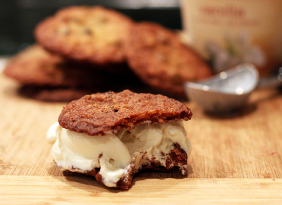 "<strong>Get the <a href=""http://thevelvetjungle.com/2012/05/16/chocolate-potato-chip-cookie-ice-cream-sandwich/"" target=""_hpl"