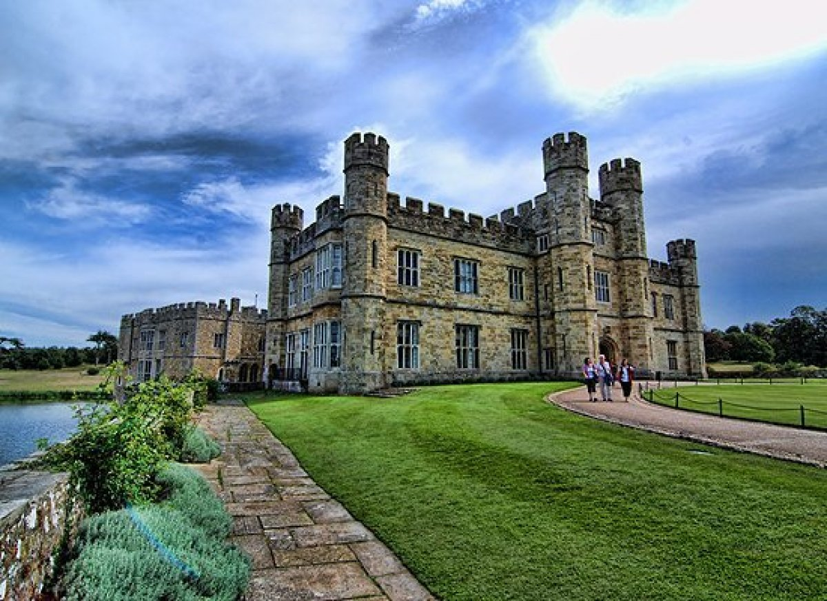 "For sheer beauty, <a href=""http://www.historvius.com/leeds-castle-327/"" target=""_hplink"">Leeds Castle</a> is hard to beat. Wi"
