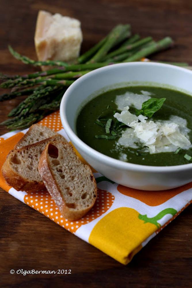 "The secret to this <a href=""http://www.mangotomato.com/2012/04/cream-of-asparagus-spinach-soup-recipe.html"" target=""_hplink"">"