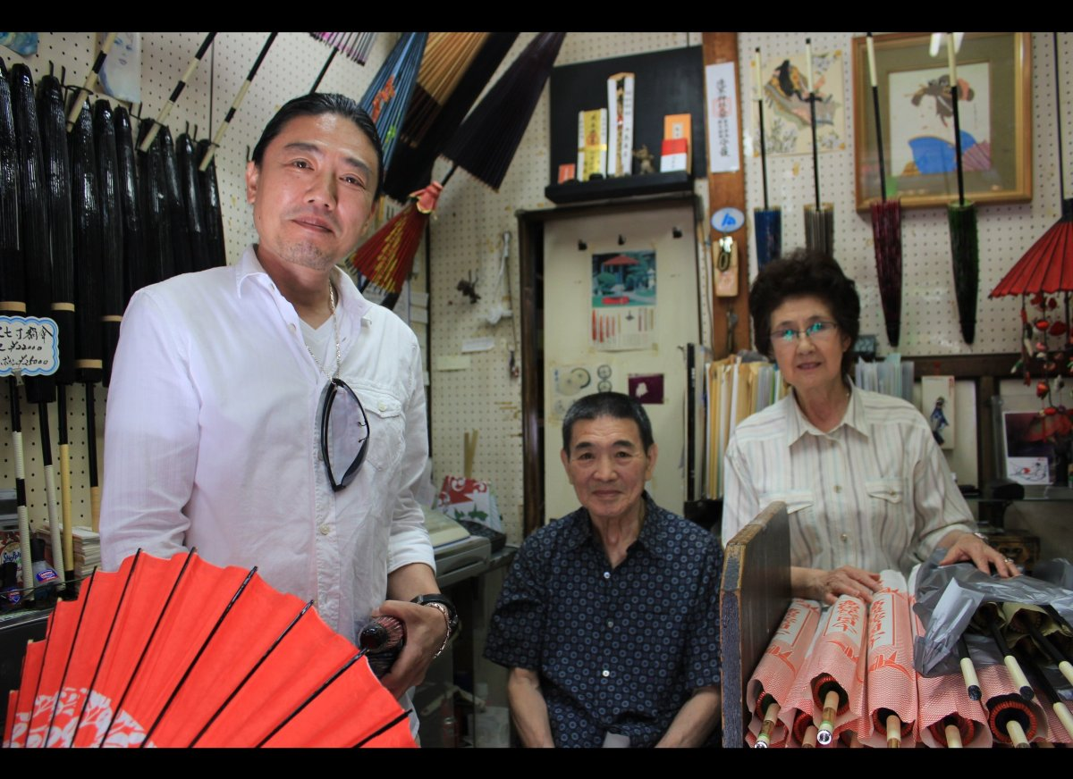 This family sells traditional oil-paper umbrellas, or <em>wagasa</em>, on the grounds of the <em>Sensō-ji</em> Temple in Asak