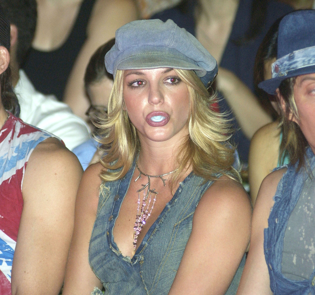 """Britney Spears' <a href=""""http://www.people.com/people/article/0,,692094,00.html"""" target=""""_hplink"""">ABC gum goes for $14,000</a"""