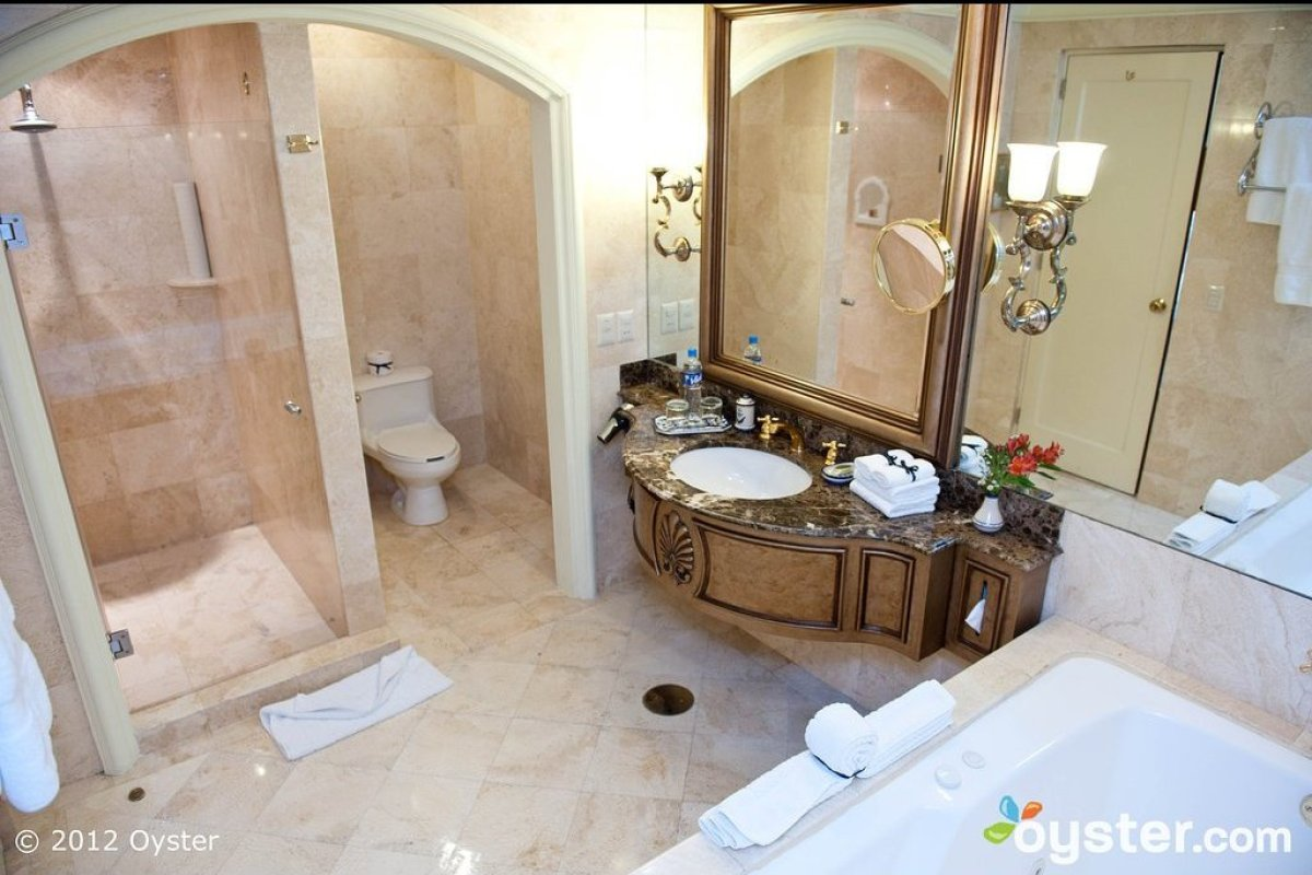 "First up, we have the gorgeous bathroom in the Governor Deluxe Suite at the <strong><a href=""http://www.oyster.com/lima/hotel"