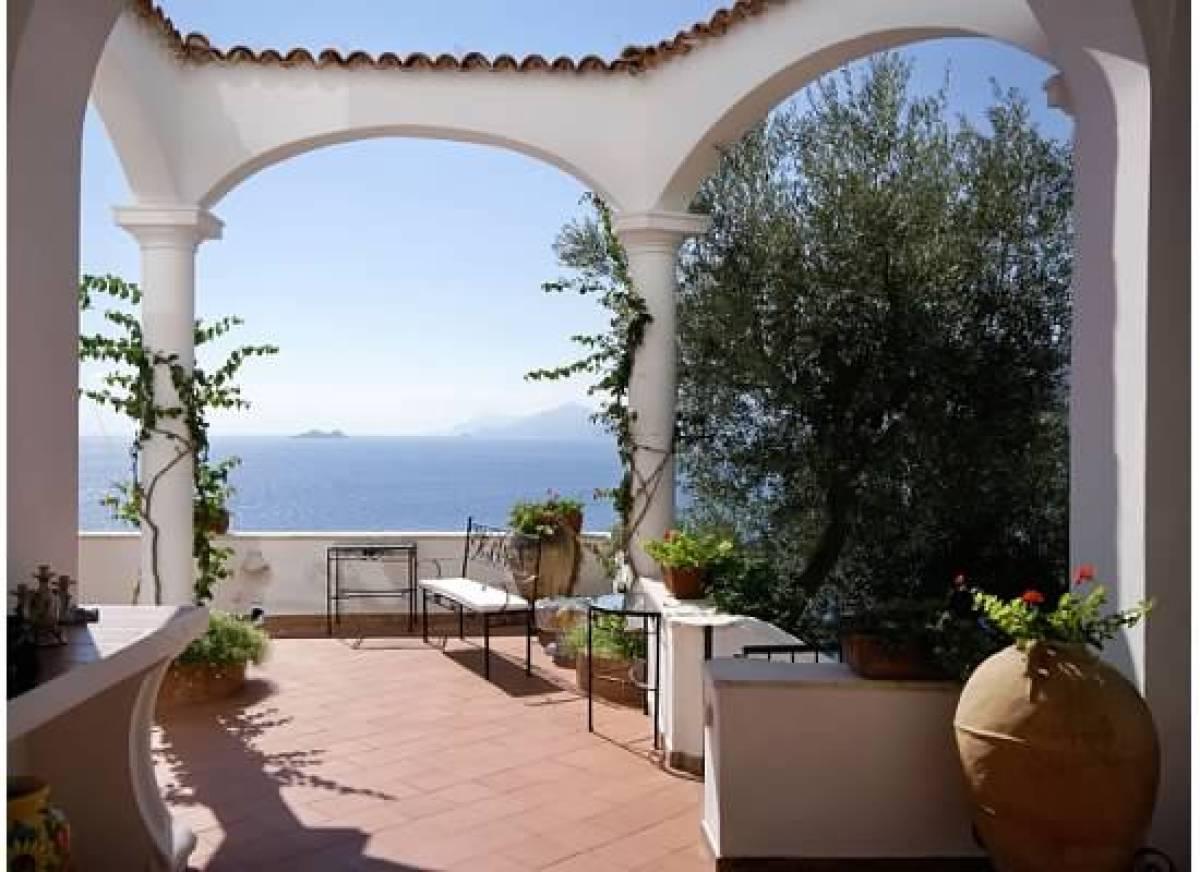 "<a href=""http://www.huffingtonpost.com/2012/08/28/villa-lilly-italian-rental-to-the-stars_n_1811698.html"">Villa Lilly</a>, a"