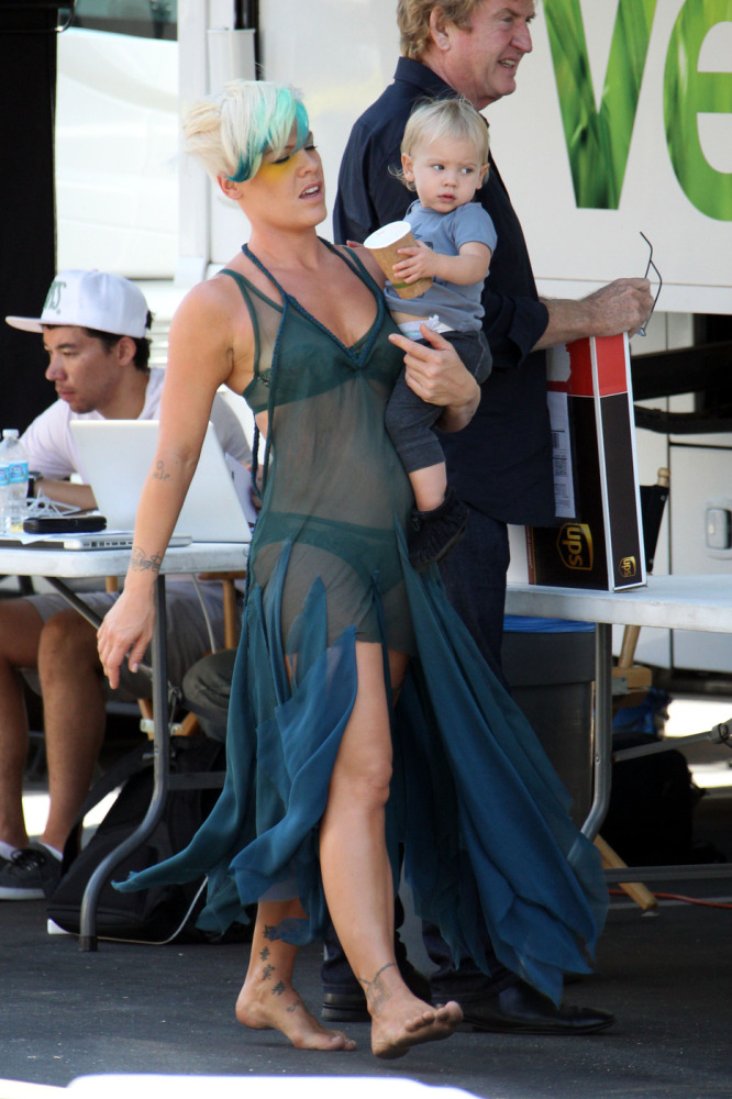 Pink was spotted on the set of her new music video in Los Angeles on August 27th, carrying her cute daughter Willow Sage. The