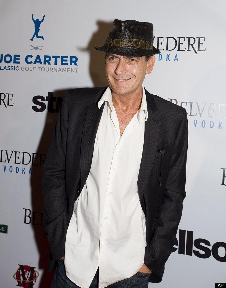 Charlie Sheen sonríe para las cámaras en un evento en Toronto. (Agosto 15, 2012) (AP Photo/The Canadian Press, Aaron Vincent