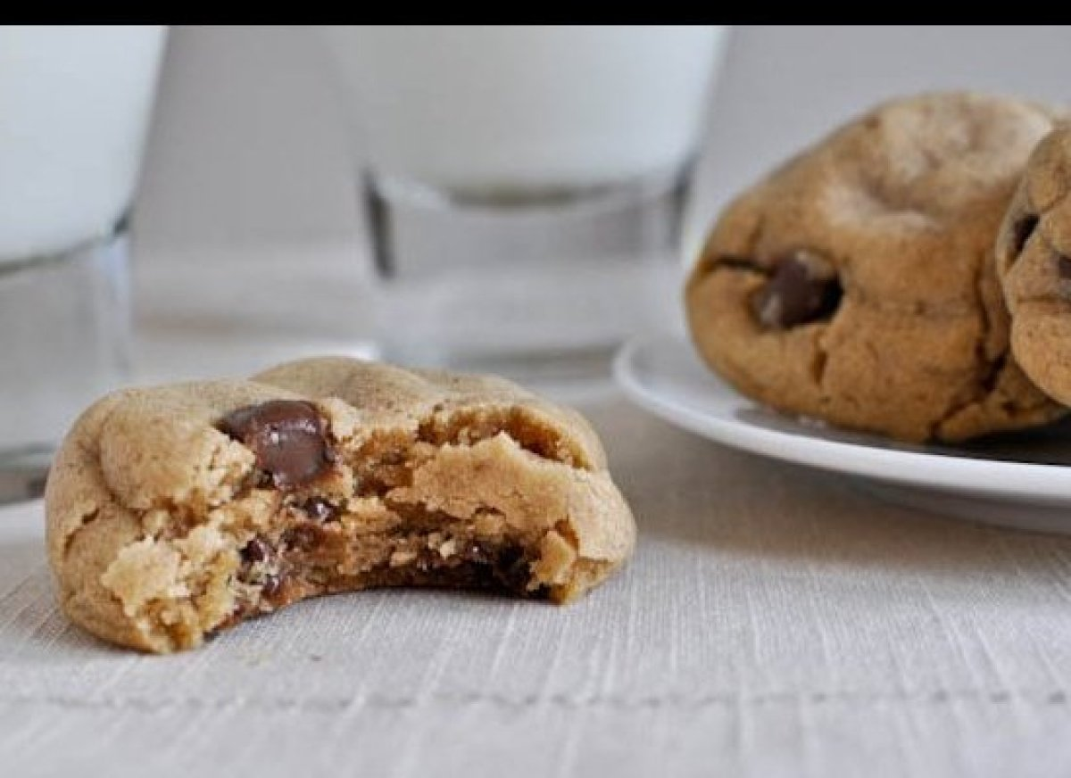 "<a href=""http://www.howsweeteats.com/2011/08/puffy-peanut-butter-cookies-with-chocolate-chips/"" target=""_hplink"">Puffy Peanut"