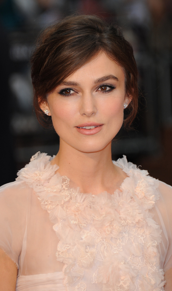 """Keira Knightley didn't do anything out of the ordinary style-wise at the London premiere of """"Anna Karenina"""" this week (we cou"""