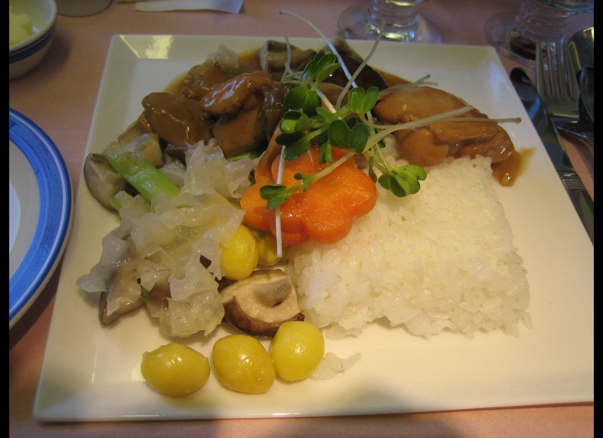 """<a href=""""http://singaporeair.com"""" target=""""_hplink"""">Singapore Airlines</a> promises in-flight food worthy of the golden days o"""