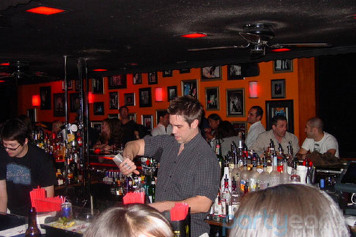 Right in the heart of the Santa Monica drinking hub on Main Street, Circle Bar is a hot mess of ex Greek-system singles looki
