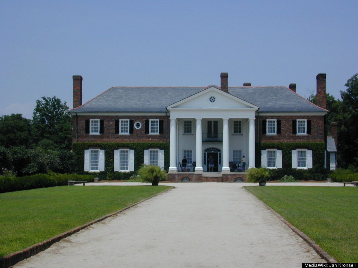 """<a href=""""http://en.wikipedia.org/wiki/Boone_Hall"""" target=""""_hplink"""">Boone Hall</a>, located in Mount Pleasant, SC is the locat"""