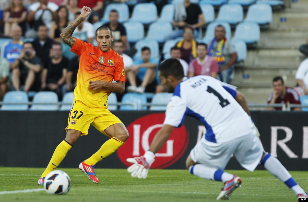 FC Barcelona's Tello, left, tries to score facing Getafe's goalkeeper Miguel Angel Moya during a Spanish La Liga soccer match