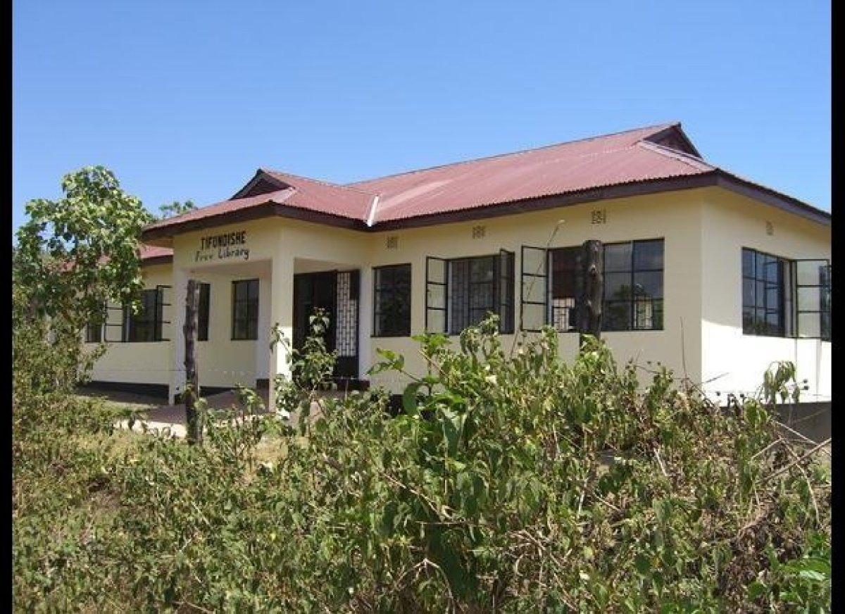 Photo of the Imbaseni Free Library, the hub for many of Jifundishe's activities
